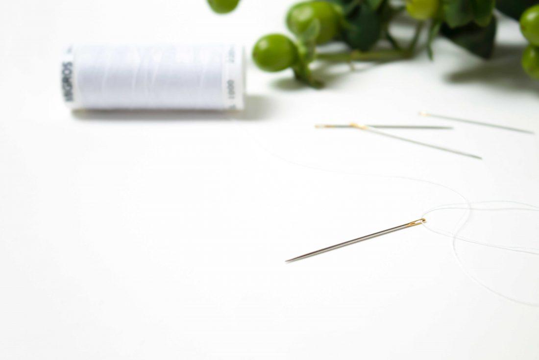 Weißes Garn und Nadel